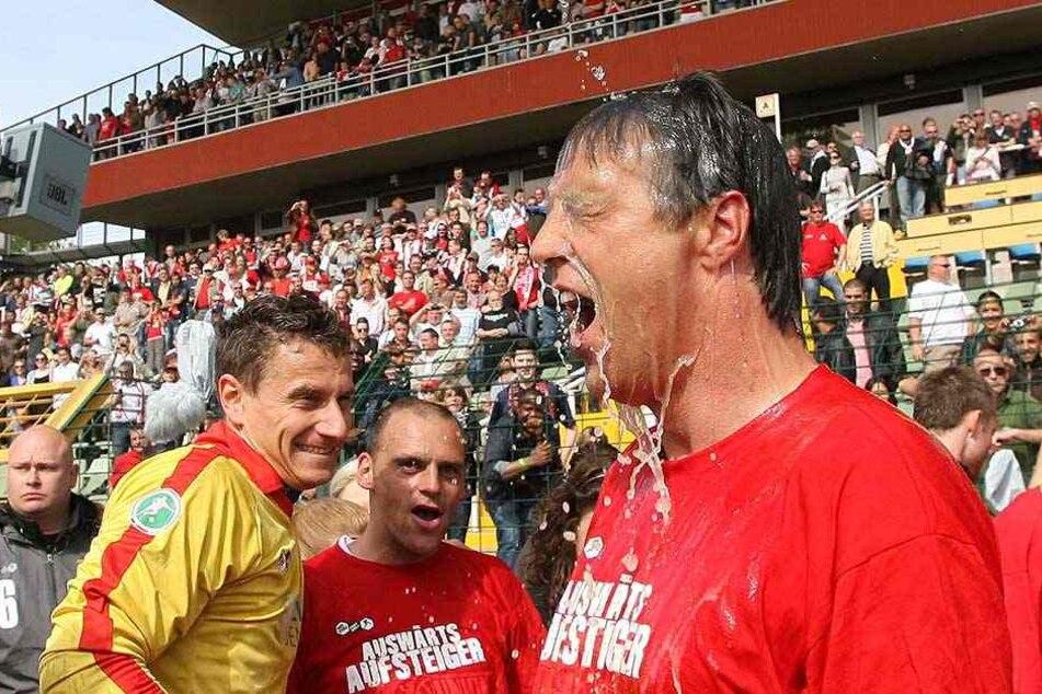 2009 stieg Uwe Neuhaus mit Union in die 2. Bundesliga auf und bekam eine zünftige Bierdusche verpasst.