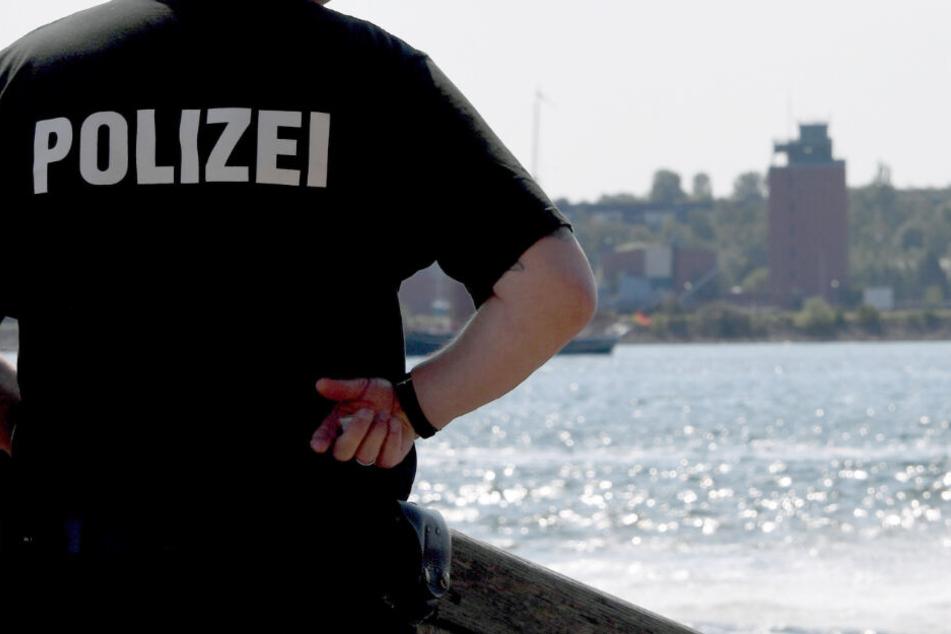 Ein Polizist steht bei der 125. Kieler Woche an der Förde.