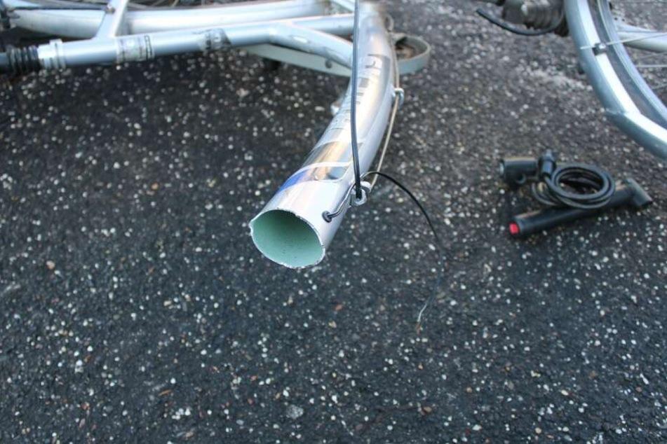 Rahmen bricht bei der Fahrt: Radfahrerin stürzt