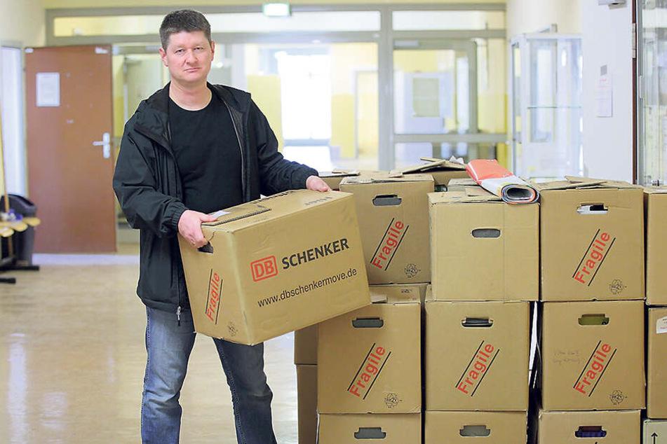 Schulleiter Lars Kluge (48) ist startklar für den Umzug.