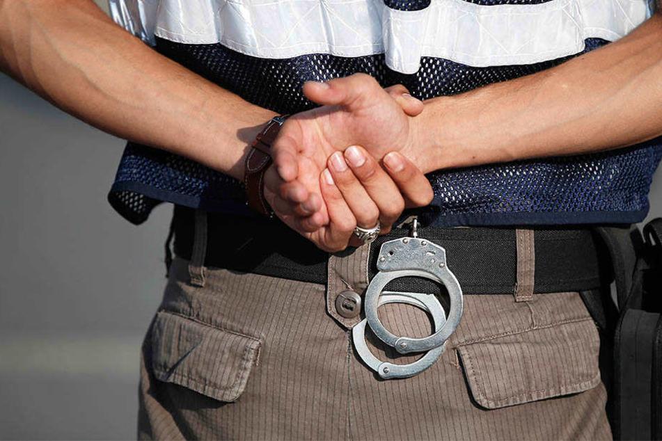 Die Polizei klingelte an einer Wohnungstür und nahm Wohnungsinhaber und dessen Frau fest (Symbolbild).