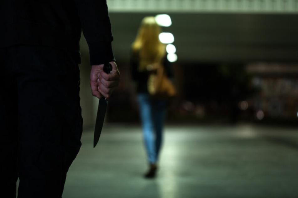 Ein Mann stach einer Frau in den Rücken. (Symbolbild)