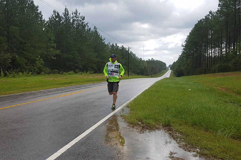 Selbst bei Starkregen versucht der Extremläufer, täglich mindestens einen Marathon zurückzulegen. Die Hälfte der Strecke hat er demnächst geschafft.