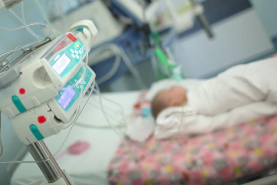 Süchtige Mutter gibt ihrem Baby harte Drogen, dann bekommt der Säugling schlimme Krämpfe