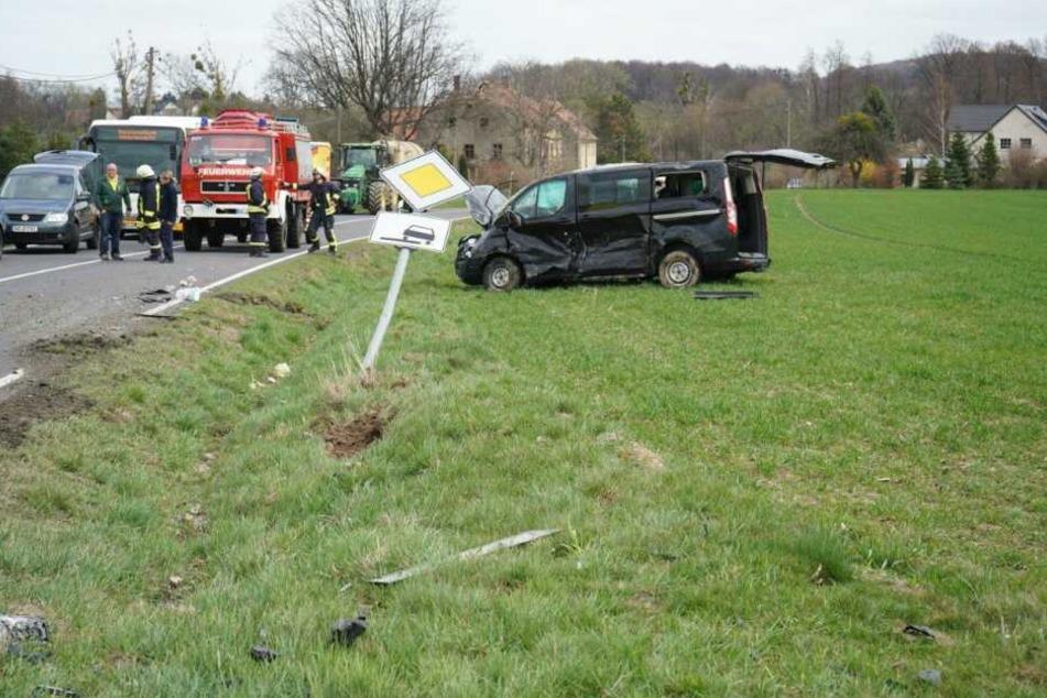 Der Ford-Transporter überschlug sich mehrfach und blieb auf einem Feld liegen.