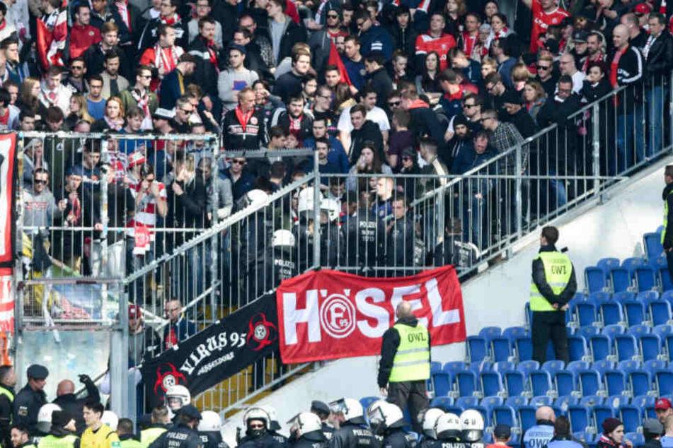 In Bielefeld eskalierte ein Streit zwischen linken und rechten Hooligans.