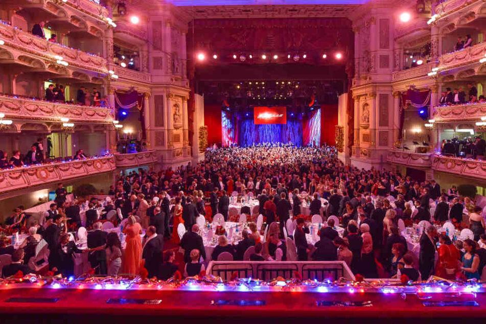 Weit über 2000 Gäste, Stars und Sternchen amüsieren sich alljährlich auf dem SemperOpernball.