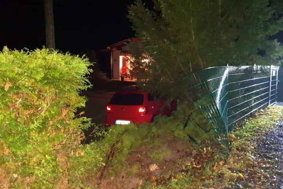 Das Auto durchbrach einen Gartenzaun.