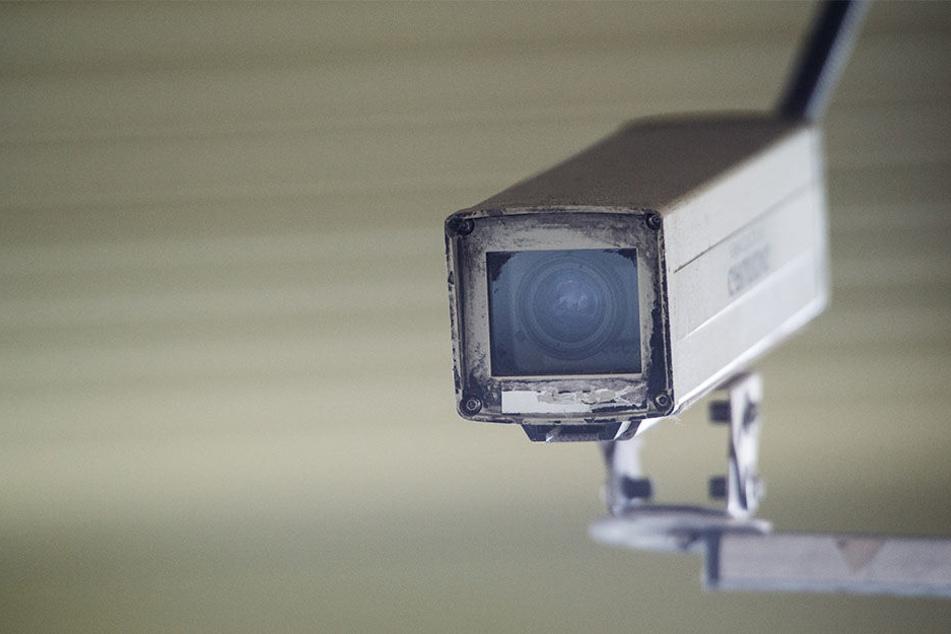Mitglieder der Identitären Bewegung brachten Kameras an dem Haus in der Adam-Kulkhoff-Straße an.