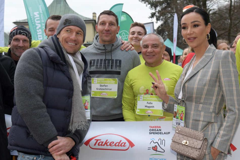 Arjen Robben (l-r), Fußballprofi, Stefan Kretzschmar, früherer Handballspieler, Felix Magath, Fußballtrainer, und Verona Pooth, Moderatorin, stehen beim Takeda Organspendelauf am Start.