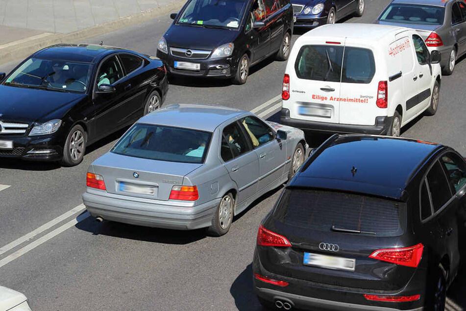 Im Berufsverkehr übersah eine 18-Jährige das Ende eines Staus auf der B 1. Sie krachte in einen Ford. (Symbolfoto)