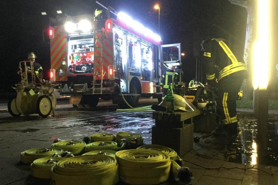 Nach Ablöschen des Feuers kontrollierten zwei Trupps unter Atemschutz die Räumlichkeiten.