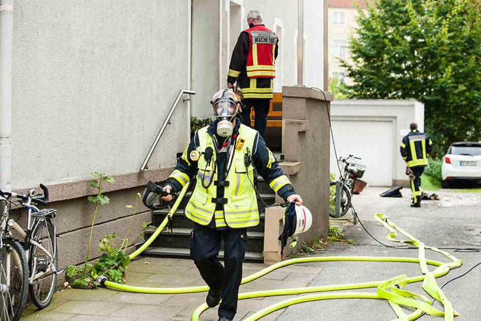 Mit Atemschutz ausgerüstet gingen Feuerwehrmänner in das Mehrfamilienhaus.
