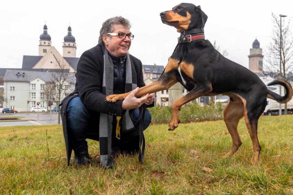 Gunter Teichmann (64) aus Plauen macht den Hundekot von Martin (3) immer sofort weg.