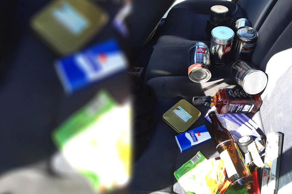 Whiskey, SD-Karten und Schokotafeln fanden die Polizisten bei einer Kontrolle.