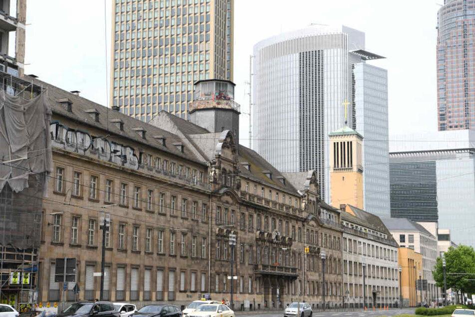 Ehrwürdiges Gebäude: Das alte Polizeipräsidium steht ab Montag zum Verkauf.