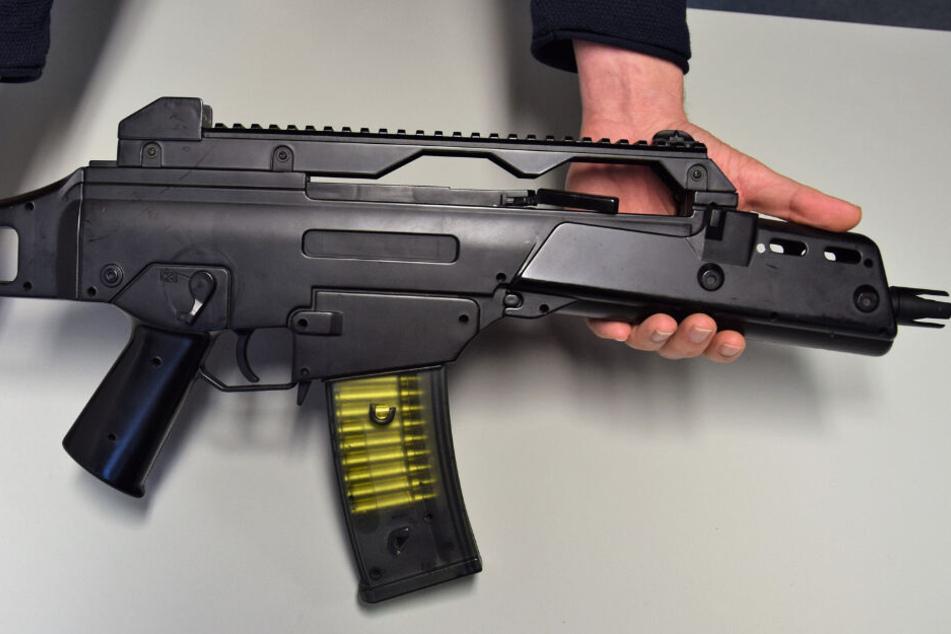 Polizei warnt: Typ schießt mit Softair-Waffe auf Mutter und gefährdet sein eigenes Leben!
