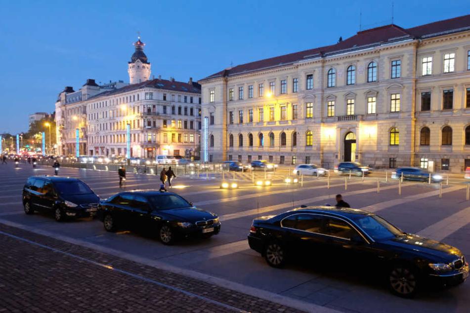 Fahrzeuge von Personenschützern des Landeskriminalamtes Berlin stehen vor dem Bundesverwaltungsgericht.