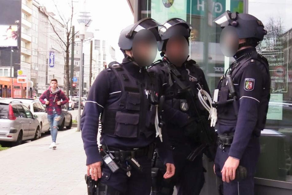 Schwer bewaffnete Polizisten durchsuchten den Supermarkt, in den der mutmaßliche Täter geflüchtet war.