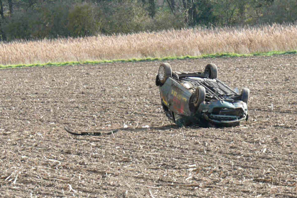18-Jähriger rast Böschung herunter, Auto überschlägt sich