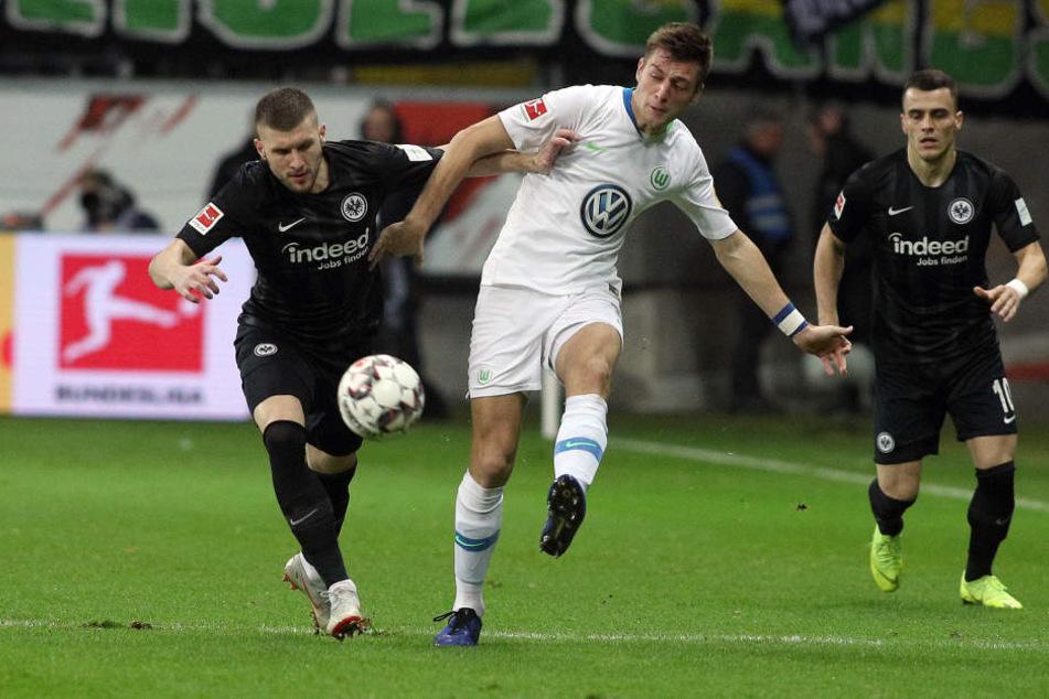 Folgenschwerer Ballverlust: Ante Rebic (Li.) verlor die Kugel gegen Wolfsburgs Robin Knoche. Die darauffolgende Aktion führte zum 0:1.