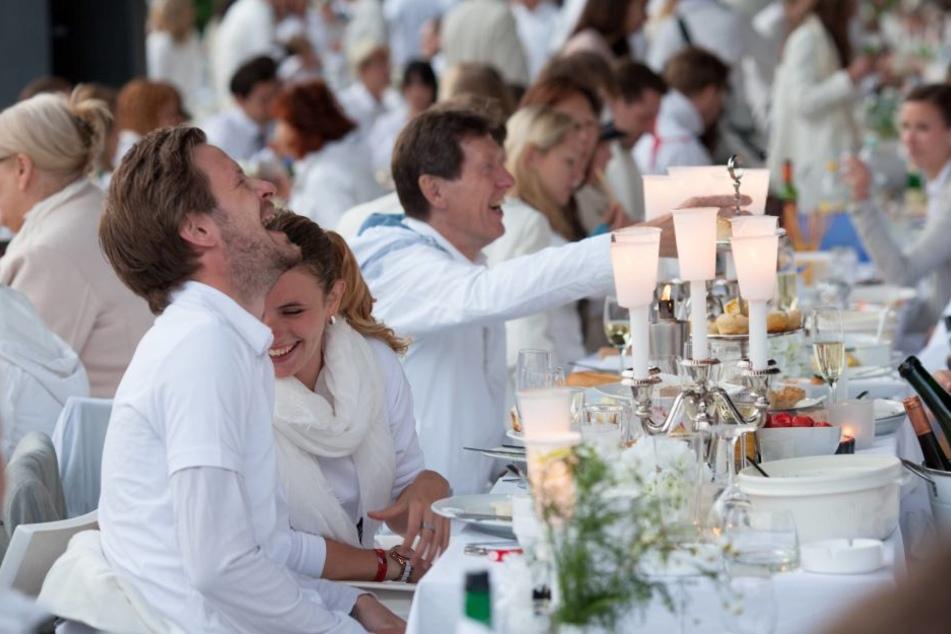 Zuerst picknickten die Franzosen  ganz in Weiß, dann auch die Deutschen wie hier in Berlin.