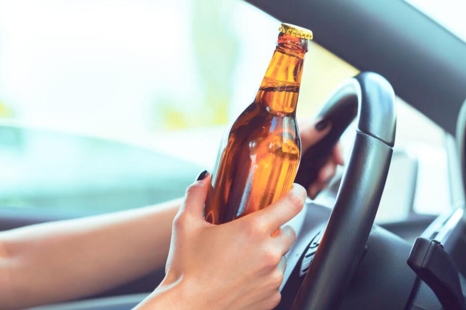Betrunkene Opel-Fahrerin rammt Auto und Hauswand