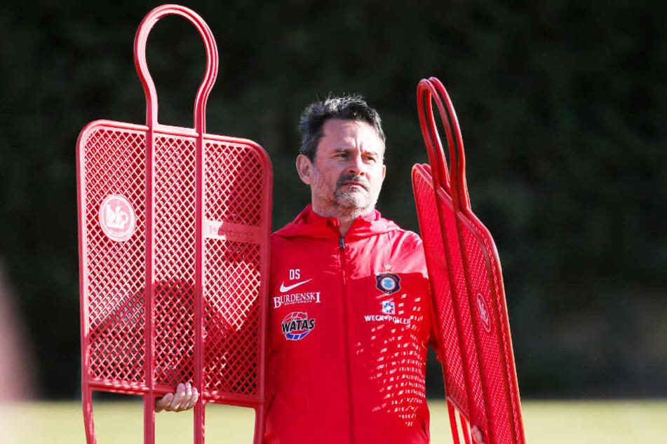 FCE-Coach Dirk Schuster, der hier zwei imaginäre Gegner auf den Platz trägt, war mit dem Trainingslager der Veilchen im spanischen Novo Sancti Petri vollauf zufrieden.