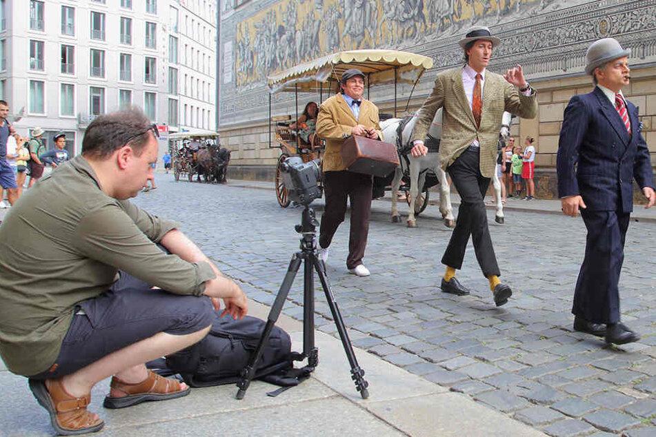 Michael Kuhn (Kjeld), Philipp Richter (Benny) und Volker Zack (Egon) fielen auf: Robert Jentzsch (l.), Hausfotograf des Boulevardtheaters filmte den Spaziergang.