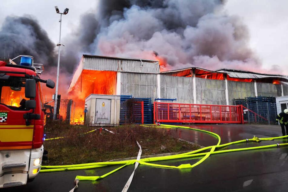 Zentrallager von Baumarkt brennt: Feuerwehr muss Wände per Bagger einreißen