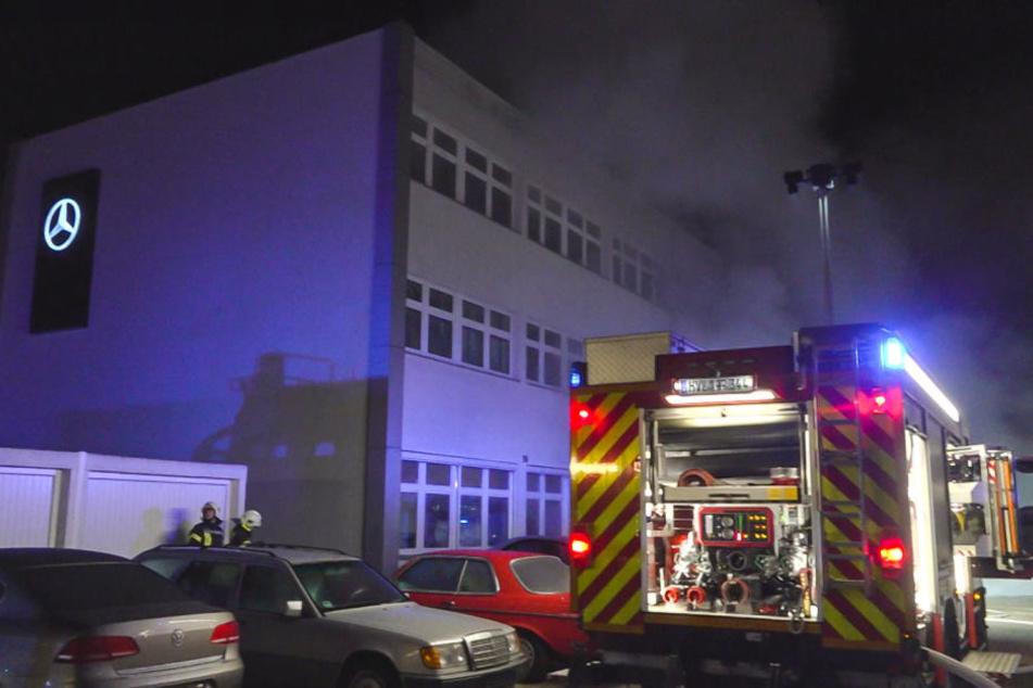 Vor einem Autohaus in Nauen sind in der Nacht zu Donnerstag zwei Autos in Brand geraten.