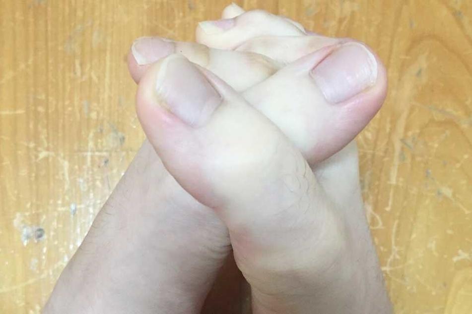 Ihre langen Zehen kann sie sogar ineinanderstecken.