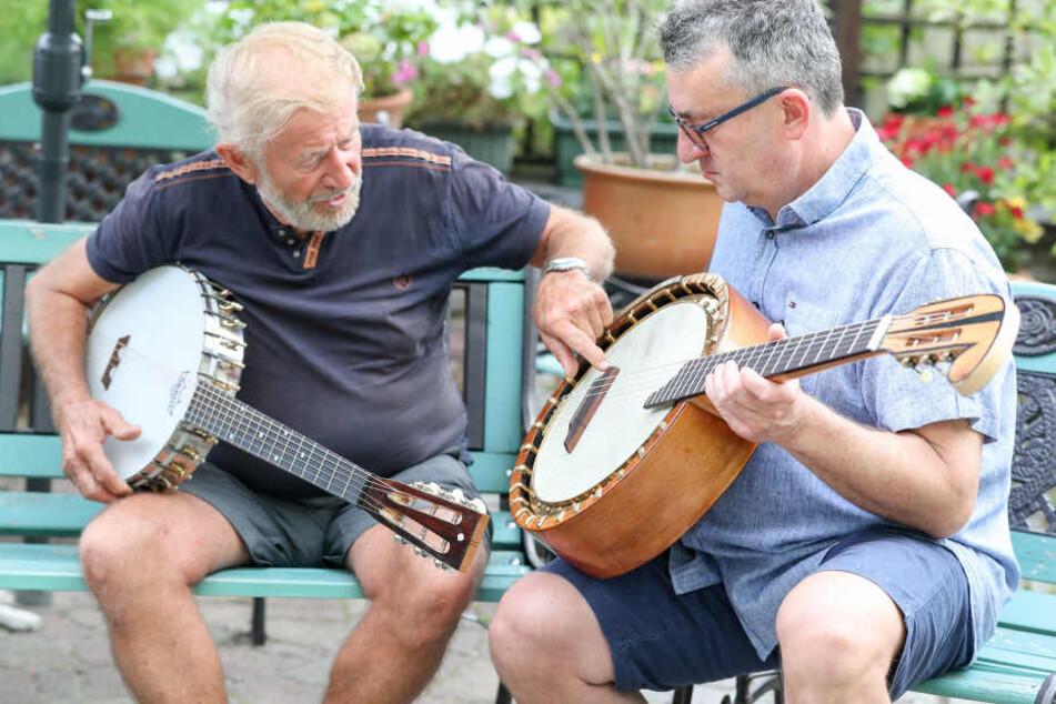 Der Instrumentenbauer Albrecht Wunderlich (l.) sanierte das Brief-Banjo für den Sammler Stefan Götze (r.).