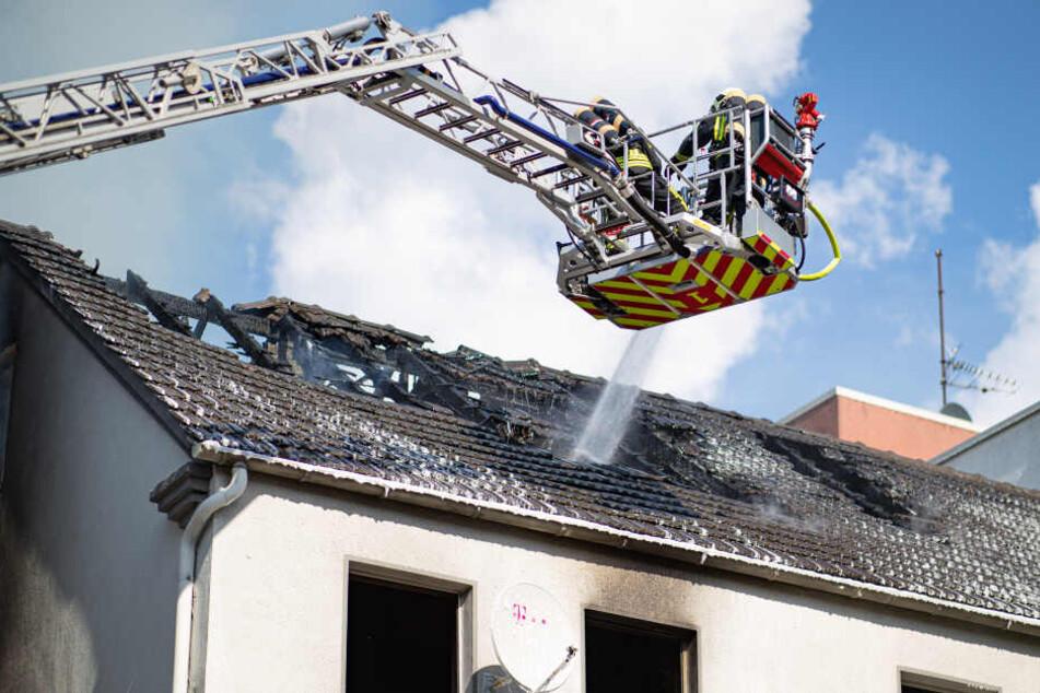 Die Feuerwehr beim Löschen des Hauses.