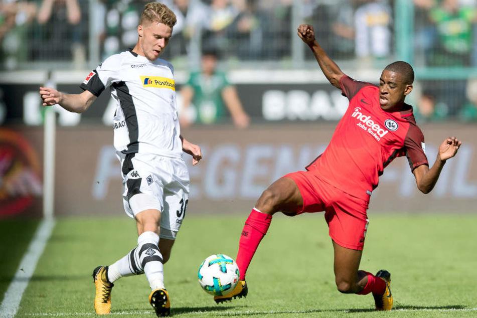 Frankfurts Gelson Fernandes (r) und Gladbachs Nico Elvedi kämpfen um den Ball.
