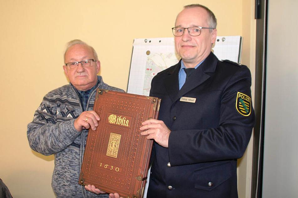 Gestern wurde die Bibel dem Seelsorger der Neuapostolischen Kirche, Hans-Joachim Grothe, von der Polizei zurückgegeben.