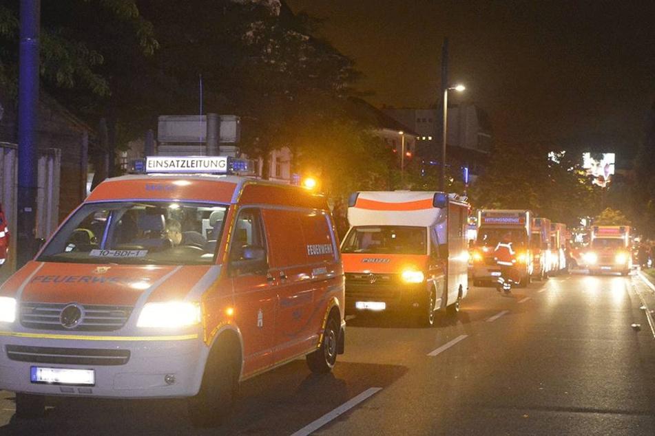 Fahrzeuge von Feuerwehr und Rettungsdienst stehen am 02.07.2017 in der Nähe der Reeperbahn in Hamburg. In einer Gaststätte auf der Hamburger Reeperbahn sind 28 Gäste durch Reizgas verletzt worden.