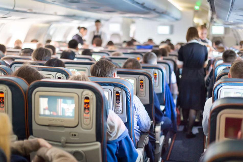 In einem Flugzeug soll der Mann die Frau sexuell belästigt haben.