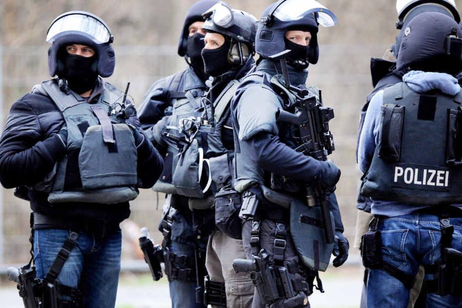 Das SEK rückte in Hamburg an und fand zahlreiche Waffen bei einem Mann (Symbolbild).