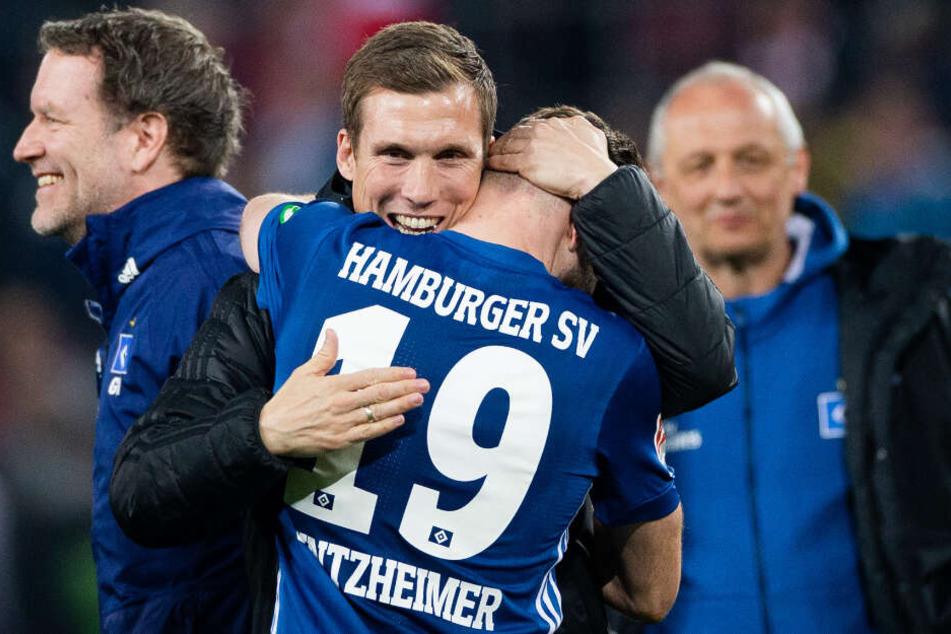 Nach der Köln-Partie herzte Trainer Hannes Wolf seinen Joker und Torschützen Manuel Wintzheimer.