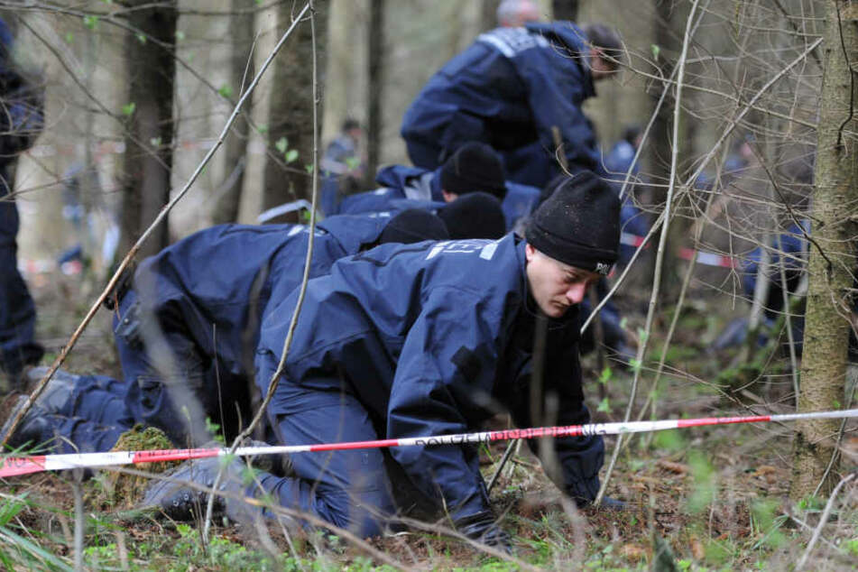 Ermittler am Fundort: Die DNA des Verdächtigen stimmt nicht mit der am Fundort überein.