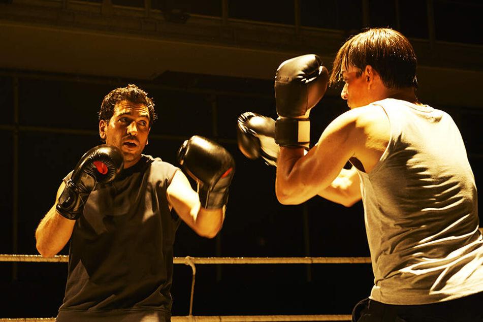 Caspar Leinen (l., Elyas M'Barek) boxt, um den Kopf freizubekommen.