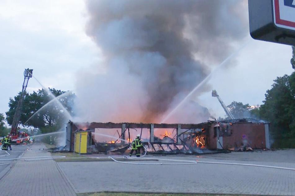Feuerwehrleute löschen den brennenden Supermarkt in Celle.