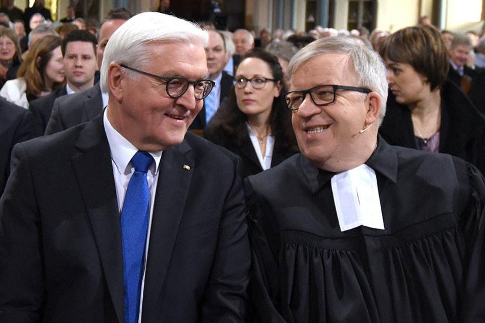 Der gebürtige Detmolder unterhielt sich mit Pastor Ulrich Pohl (re.) und hielt anschließend noch eine Ansprache.