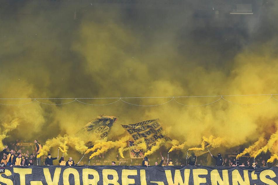 Im BVB-Block wurden vor dem Spiel einige Rauchbomben gezündet.