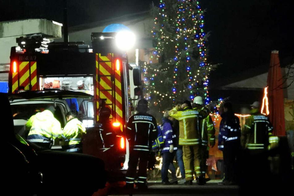 Rettungskräfte sind auf dem weihnachtlich geschmückten Gelände des Bauunternehmers eingetroffen. Ein Mann konnte reanimiert werden, für zwei andere Gäste der Party kam die Hilfe zu spät.