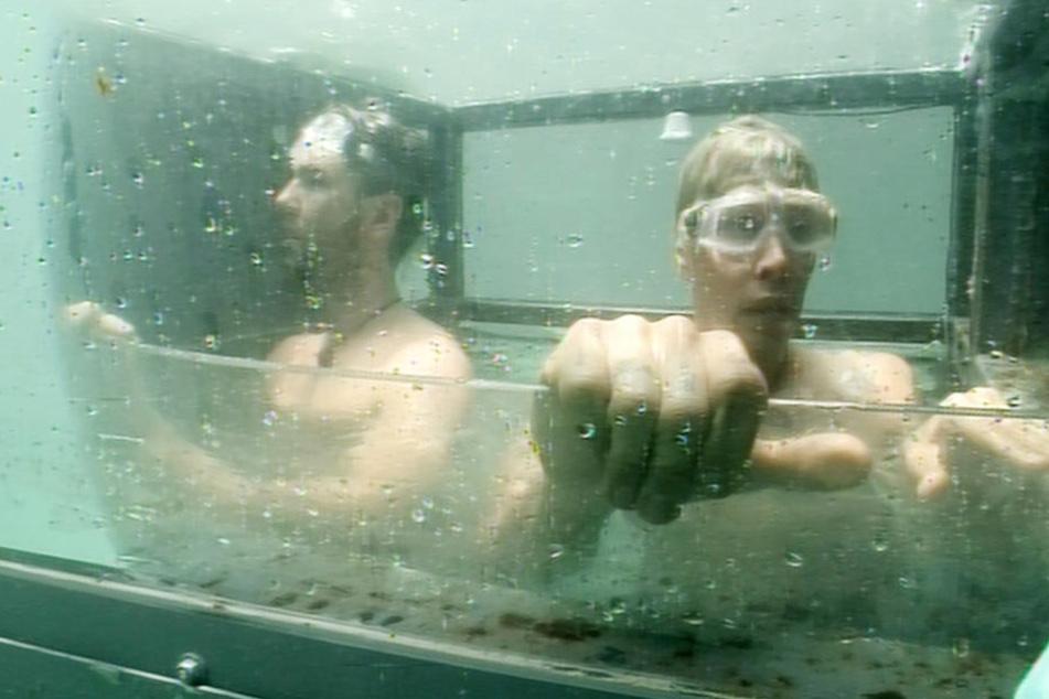 """Alexander """"Honey"""" Keen (34, l.) und Florian Wess (36) durften in der Dschungelprüfung erst einmal ein kühles Bad nehmen."""