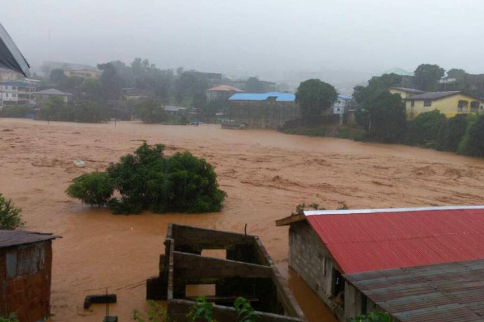 Eine überflutete Straße in Freetown: Über 350 Menschen wurden bereits Opfer der Wassermassen.