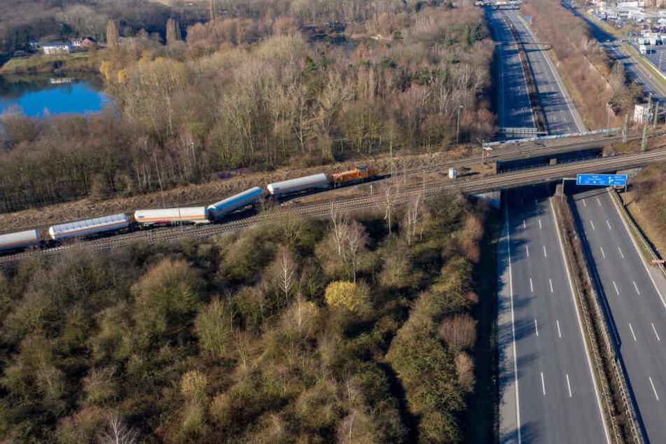 Die Unfallstelle liegt direkt an der A40 bei Moers westlich von Duisburg.