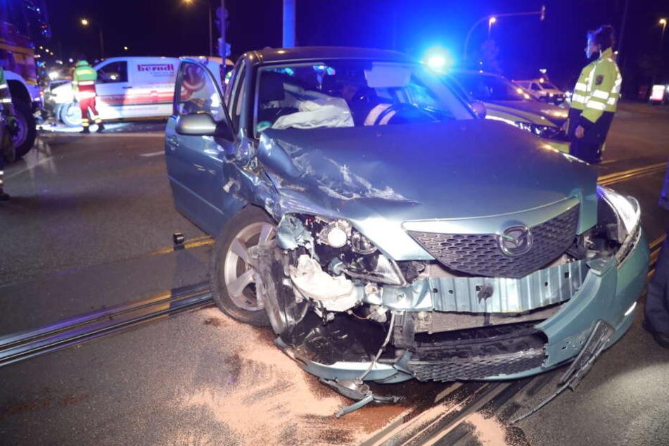 Der Mazda steht nach dem Unfall völlig zerstört auf der Straße.